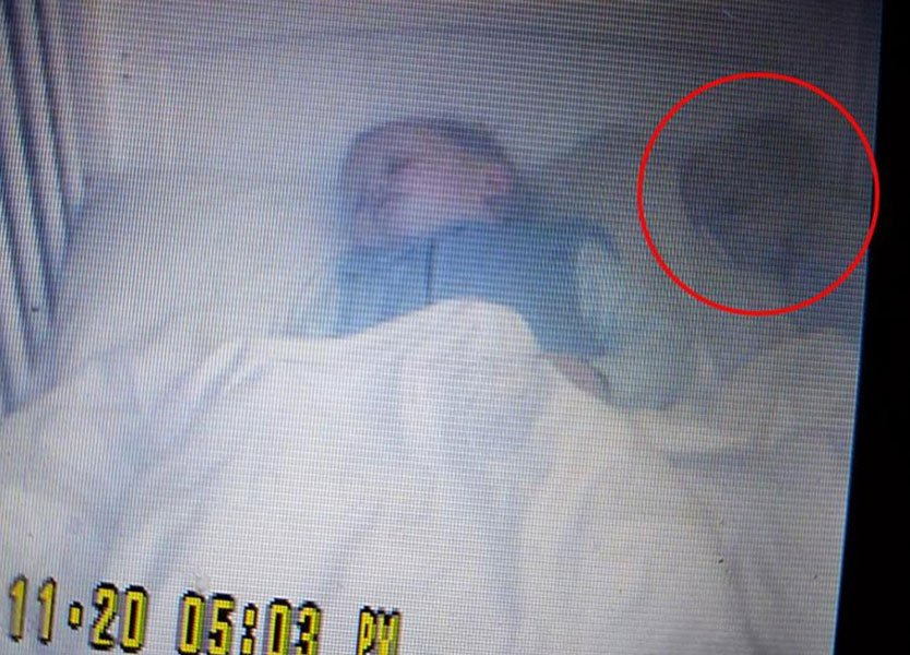 لقطات مريبة في سرير الرضيع سيبستيان تثيرُ رعب والدته!