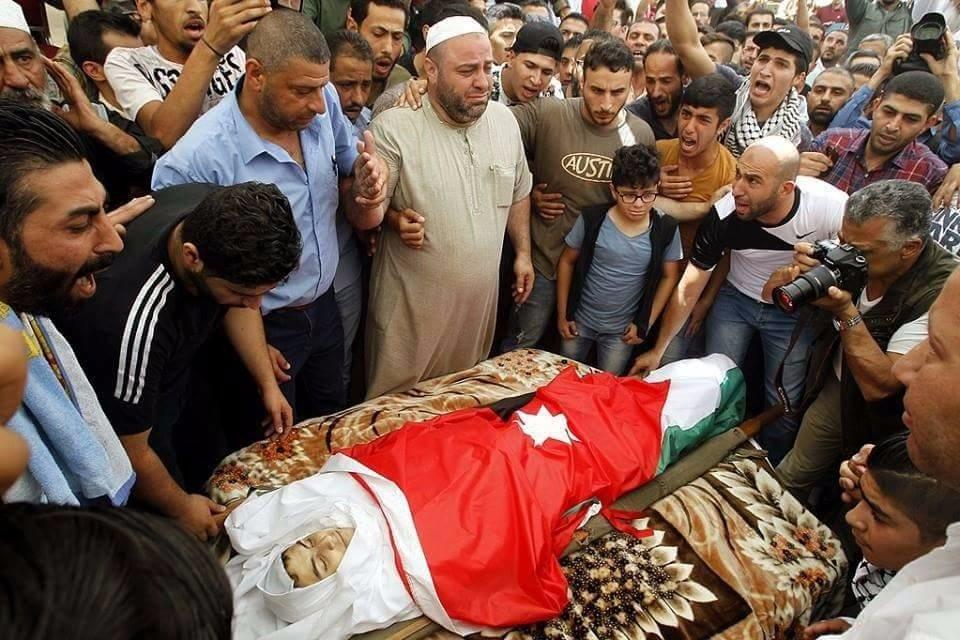 الأردنيون يشيّعون الشاب الجواودة ويطالبون بإغلاق سفارة إسرائيل
