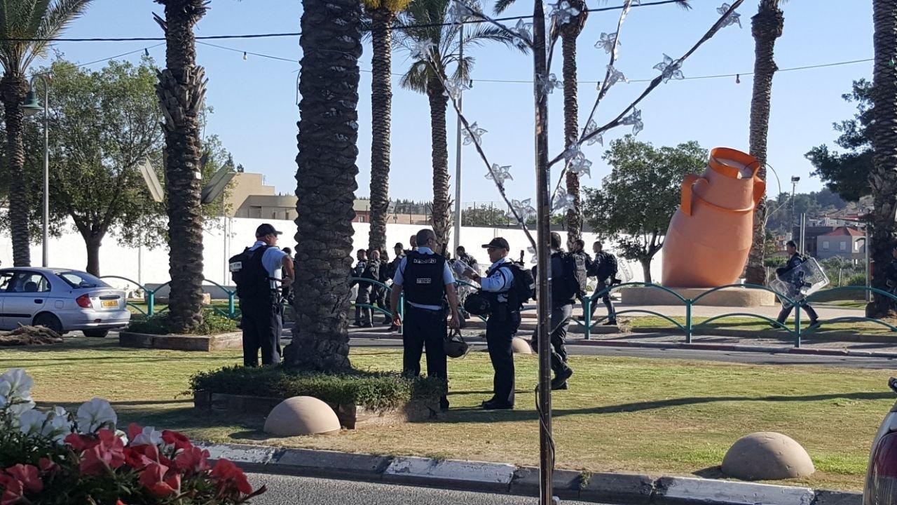 عرعرة: انطلاق مظاهرة داعمة للأسرى ومواجهات مع الشرطة!