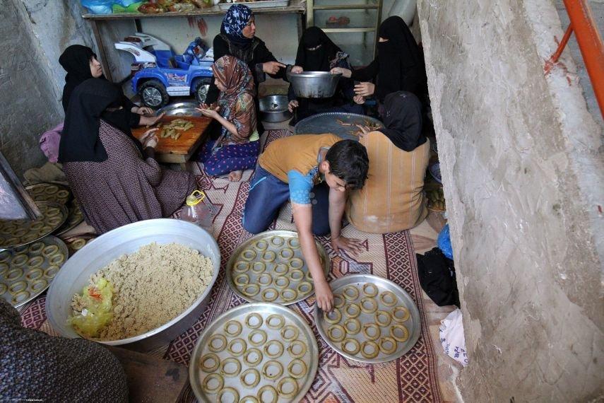 غزيات يتحدين الأوضاع الصعبة بـأيقونة العيد