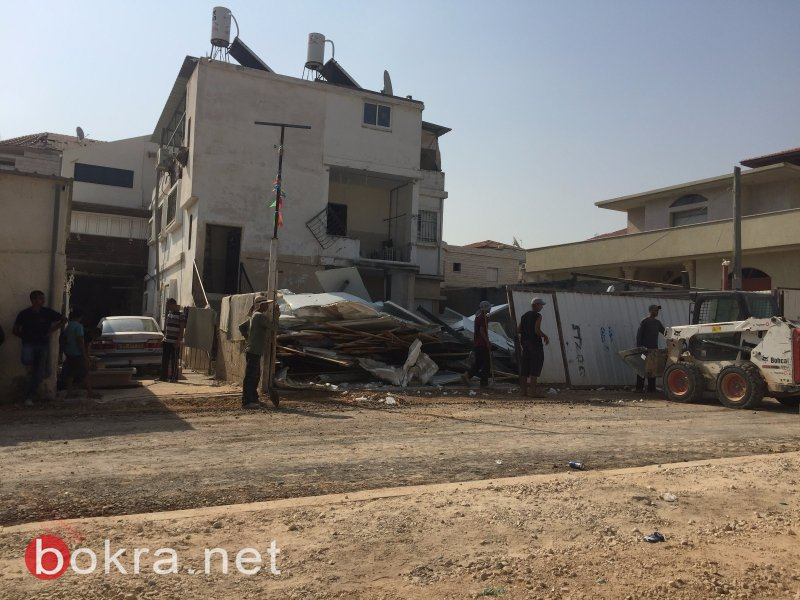 بالصور: الجرافات الاسرائيلية تهدم منزلًا لعائلة عربية في اللد!