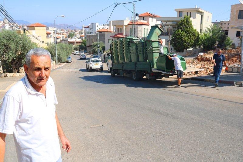 بلدية سخنين تبدأ بتنفيذ مشروع خدمة توزيع حاويات للنفايات في أحياء المدينة