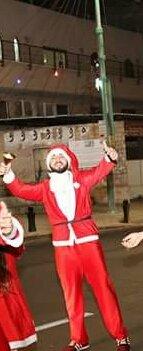 شباب وشابات بزي بابا نويل يعايدون على السكان في الناصرة والبلدات المجاورة