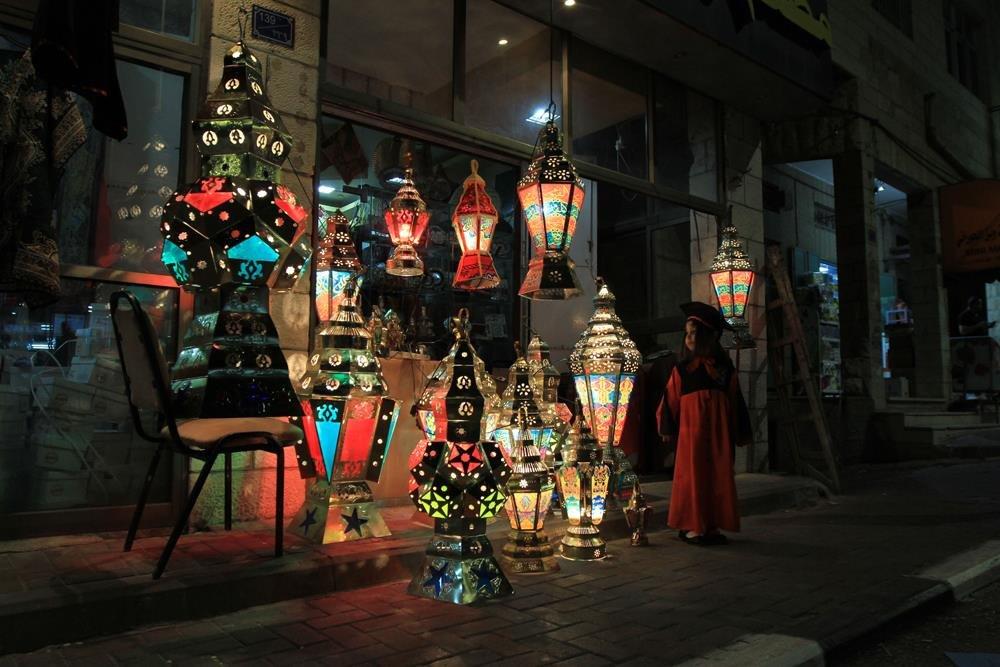 ابتهاجا برمضان... المدن الفلسطينية تكتسي بالزينة والمصابيح