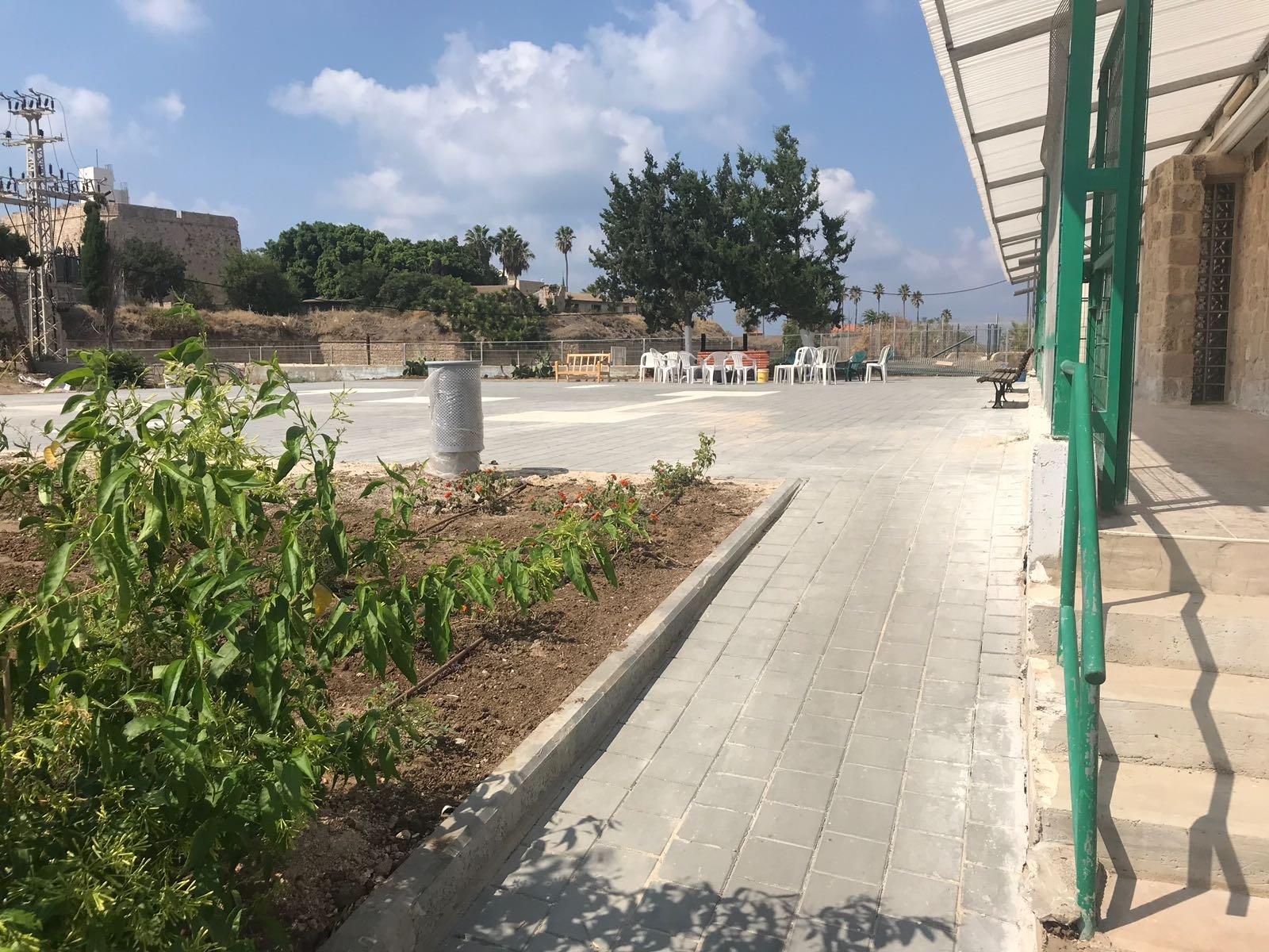 بلدية عكا تقوم بترميمات واسعة في ساحة المتنزه المحاذي للخندق