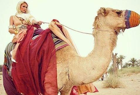 هكذا بدت باريس هيلتون في الصحراء العربية!