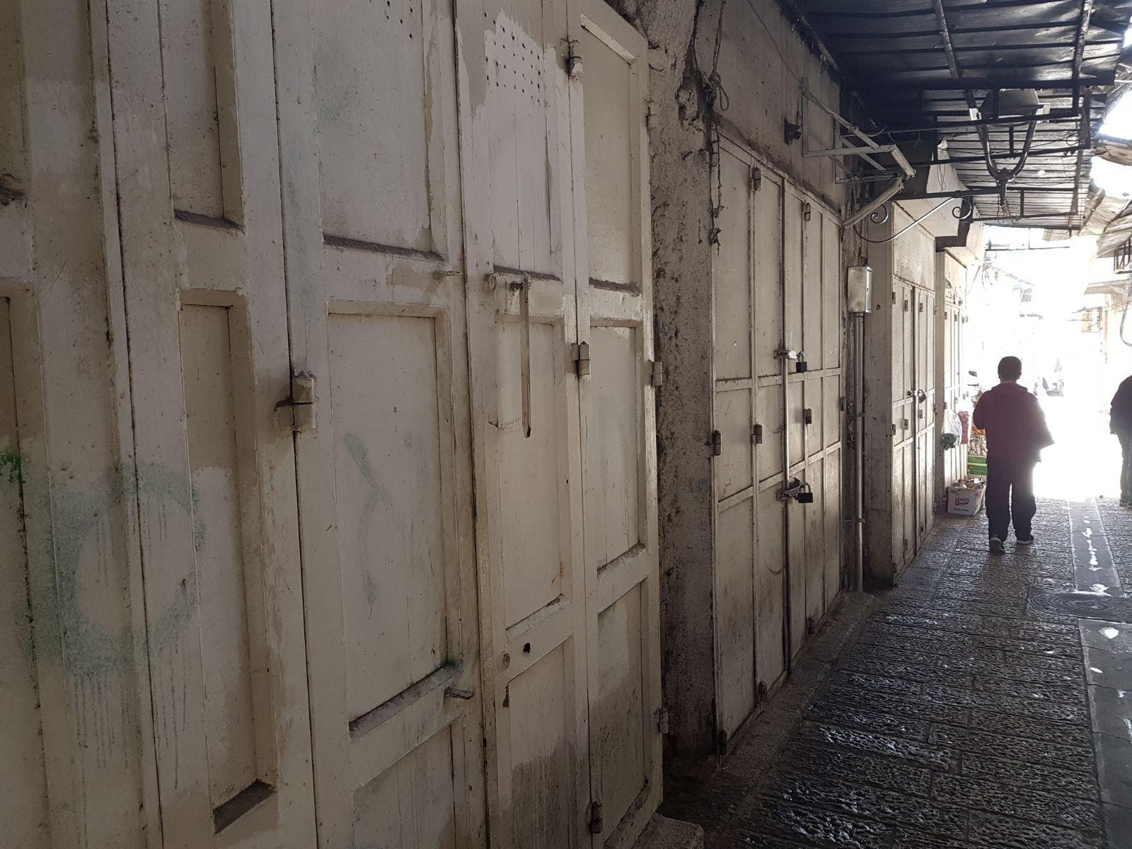 السلطات تُغلق 38 محلا تجاريا على طريق باب حُطة