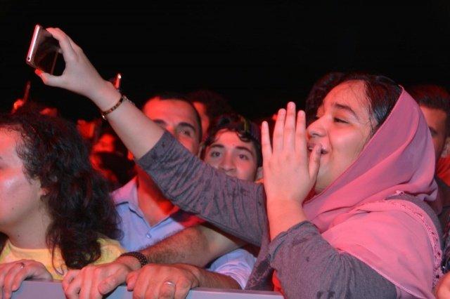 تامر حسني يوقف حفلته بسبب فتاة ماذا حدث؟