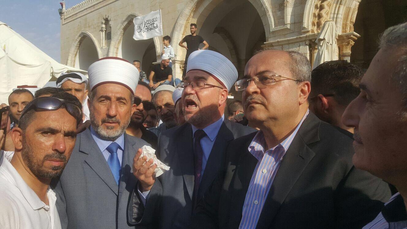 الطيبي يكسر قرار نتنياهو ويدخل المسجد الاقصى