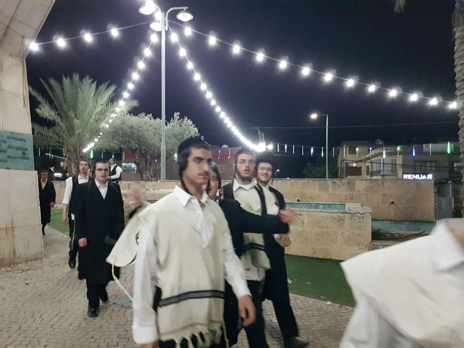 مستوطنون يقتحمون ساحة العين في كفر مندا ويقيمون طقوسهم الدينية قبل انسحابهم