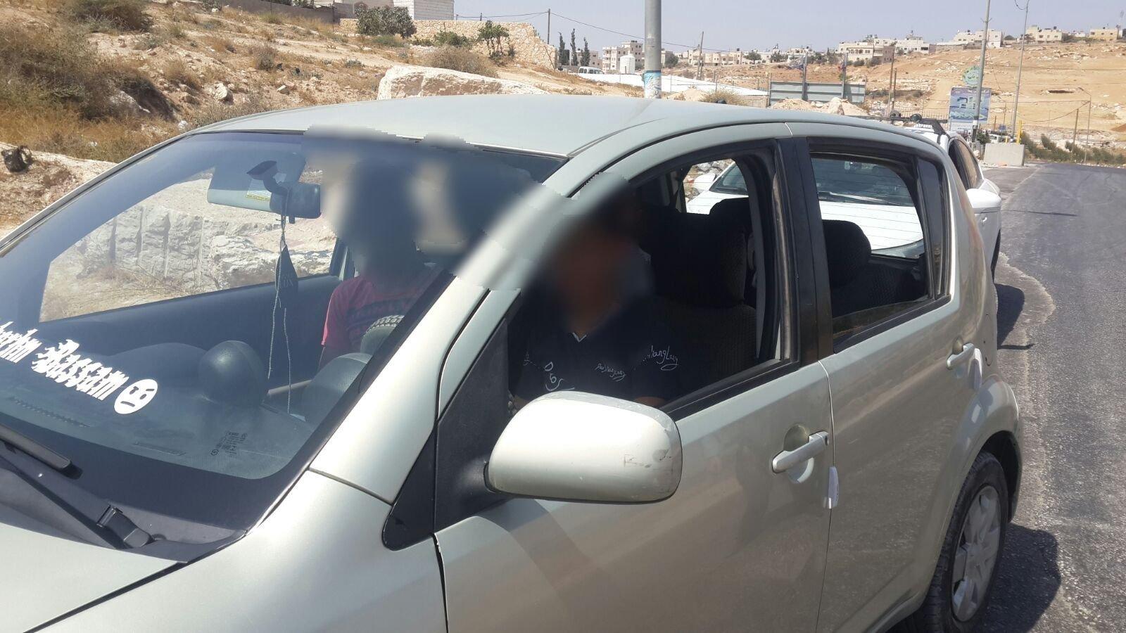 ضبط طفل عمره 12 عامًا فقد يقود سيارة بالخليل .. هدية من والده!