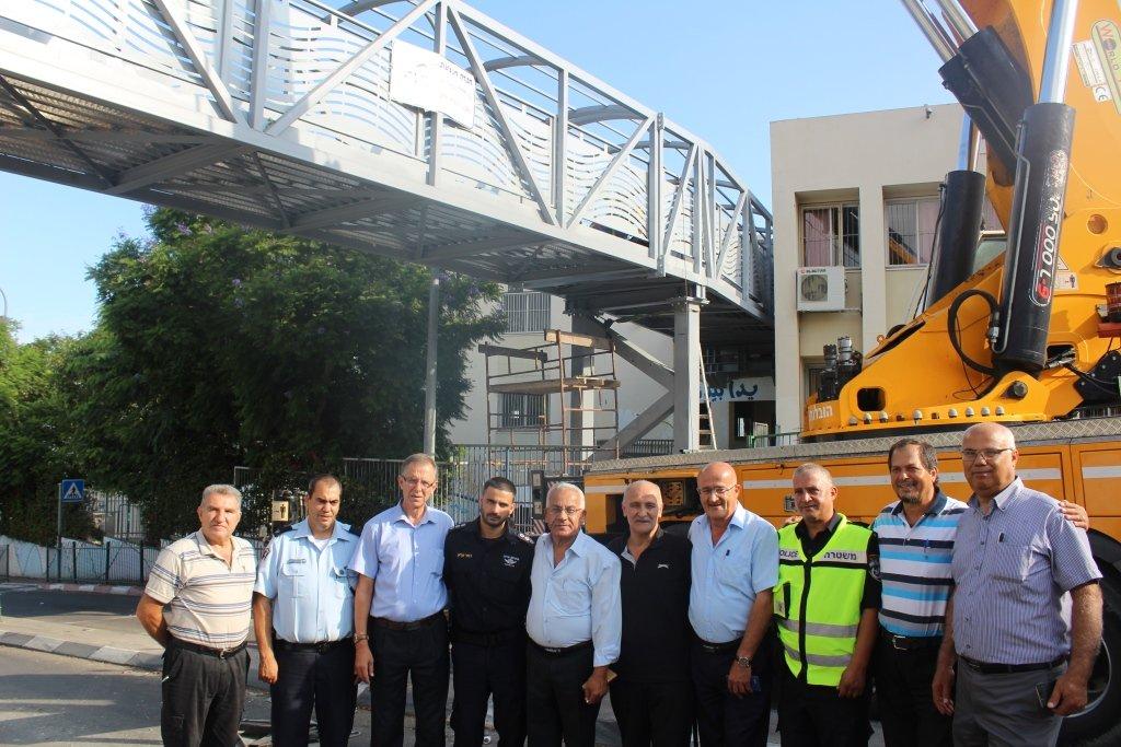 بعد معاناة عشرات السنوات، بلدية شفاعمرو تنجح بتركيب جسر مدرسة المكتب