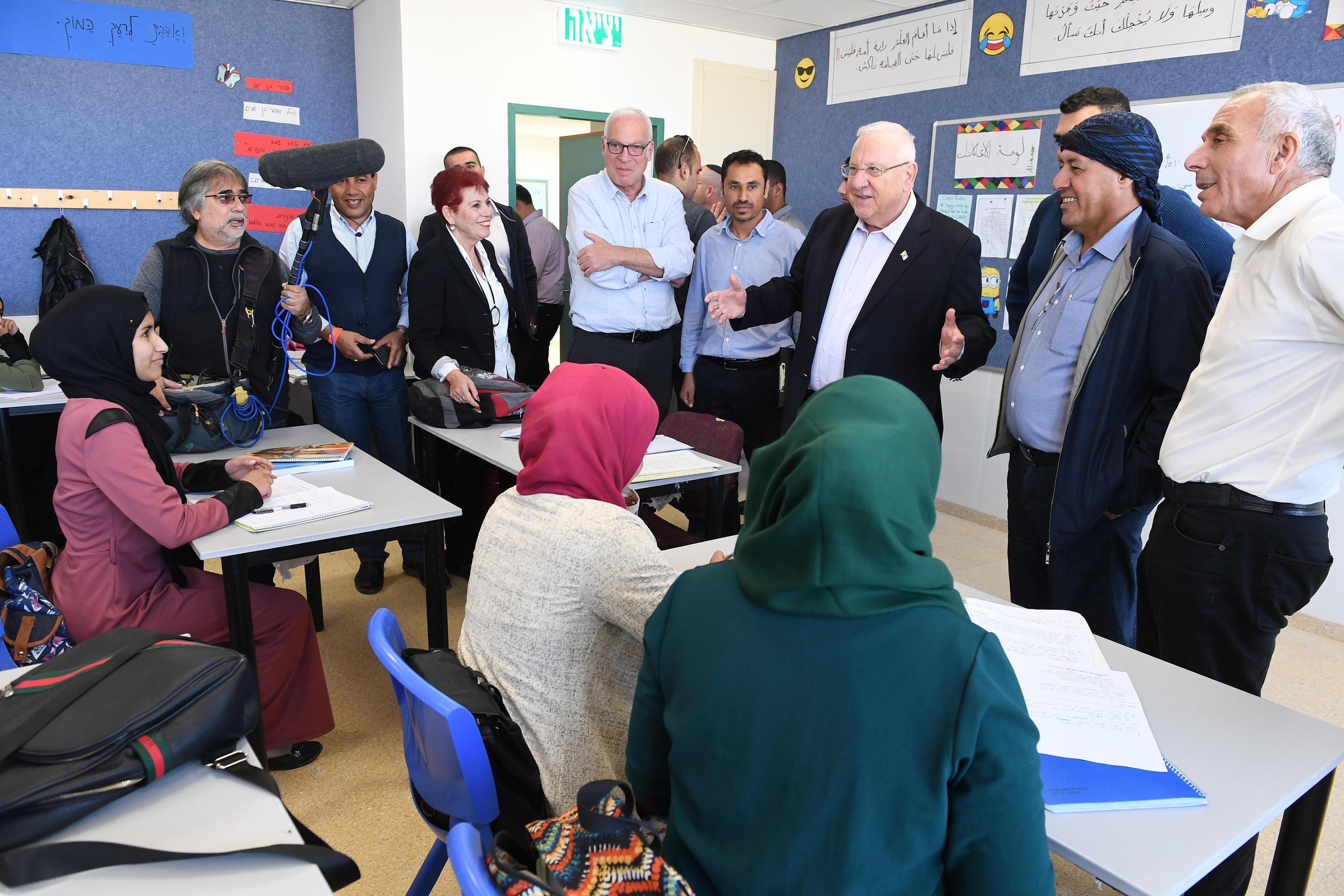 ريفلين ووزير الزراعة وتطوير القرية والمسؤول عن تطوير إسكان البدو في النقب يتجولون في مدرسة للسكان البدو وفي مصنع صودا ستريم
