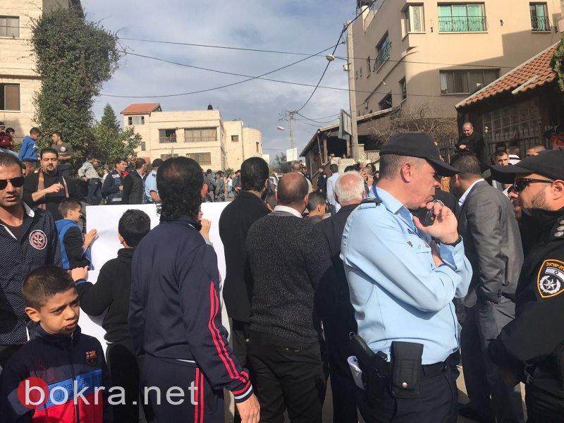 نتنياهو في عين ماهل .. المجلس يستقبله والمئات في الخارج ينددون ويصيحون يا للعار