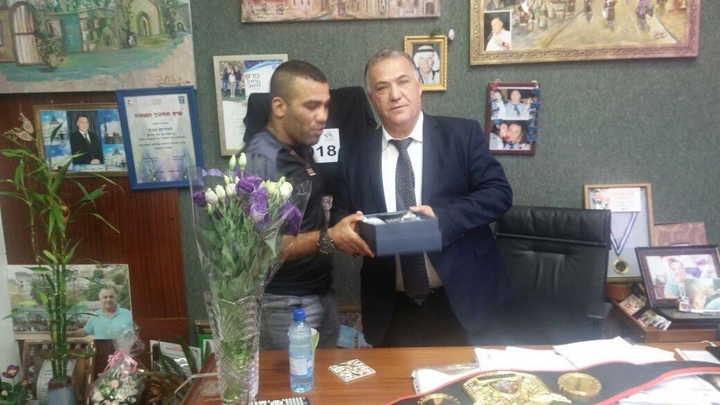 حمادة توبة الحائز على حزام بطل القارات يقدم انجازه لرئيس البلدية علي سلام