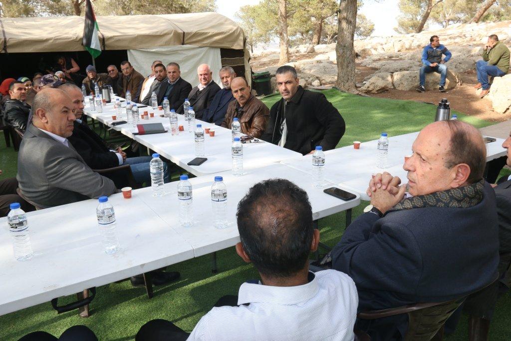 محافظة القدس تعقد مجلسها التنفيذي بالاراضي المهددة بالاستيطان في جبل البابا