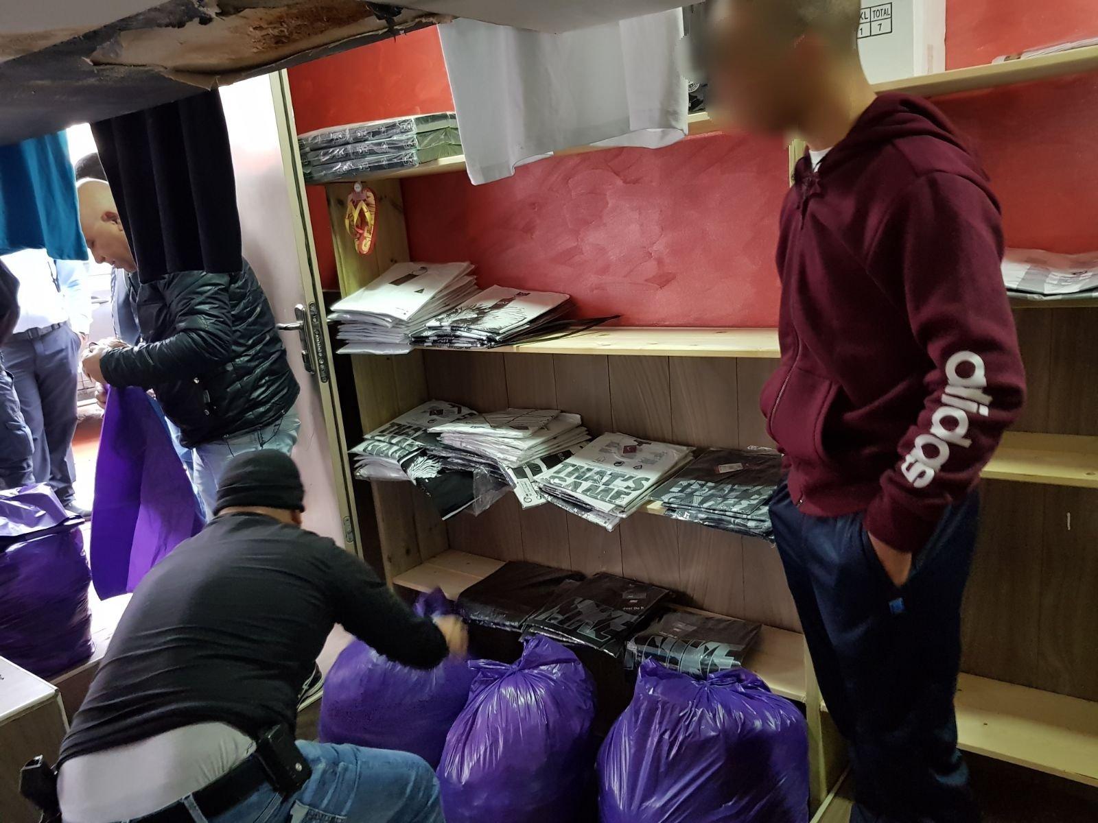 كفر مندا: ضبط ملبوسات ماركتها مزيفة بقيمة 450 ألف شيكل واعتقال رجل