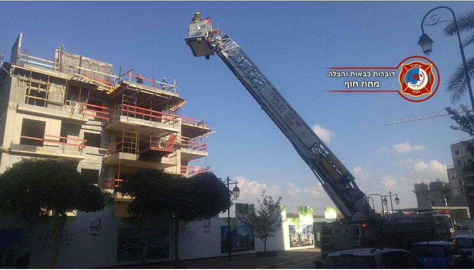 تخليص عامل بناء بعد اصابته من الطابق الخامس بواسطة رافعة