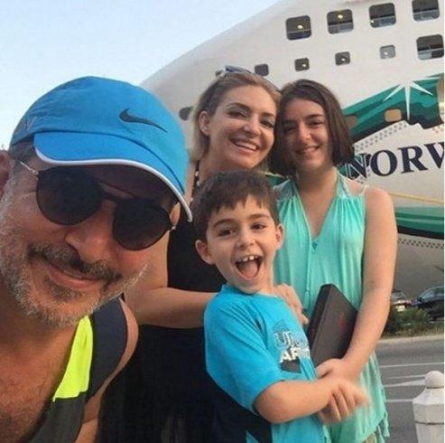 صورة سيلفي للفنان عابد فهد وزينة يازجي وابنيهما