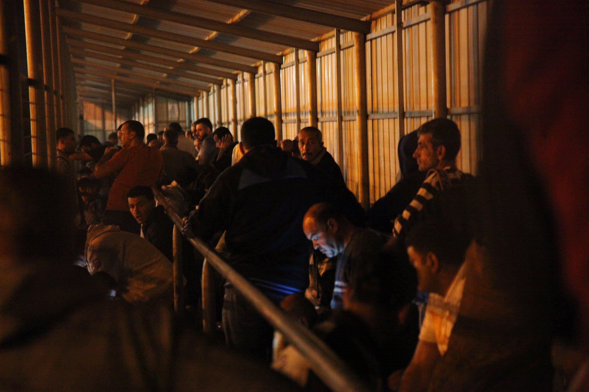 في يوم العمال معبر الذل الفلسطينيين العاملين في إسرائيل