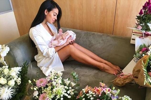 كريستيانو رونالدو ينشر صورة مميزة مع ابنته الصغيرة