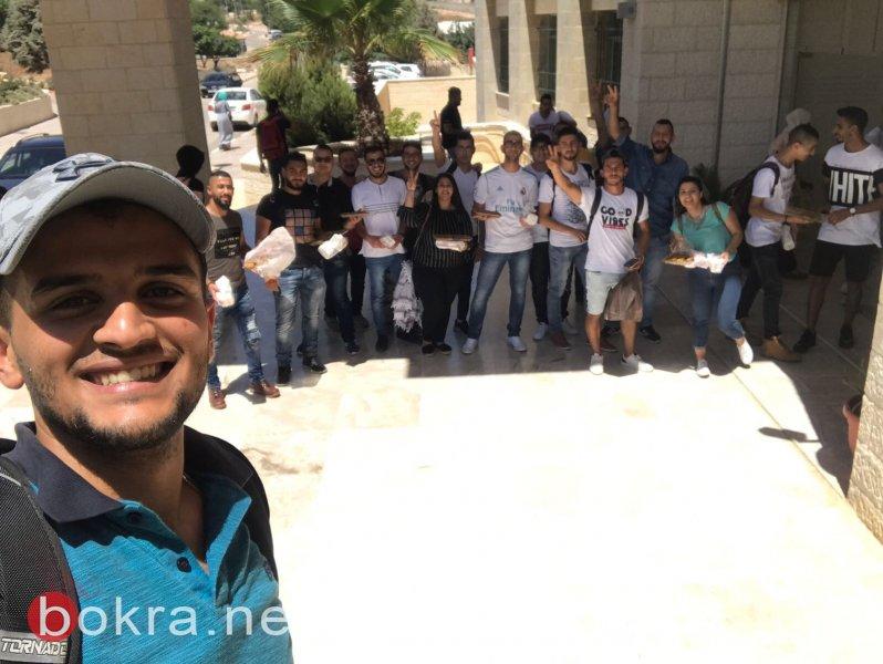 بمناسبة انتصار القدس: توزيع الحلوى بالجامعة العربية الامريكية