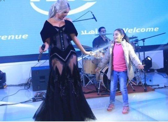 طفلة تقتحم حفل مايا دياب
