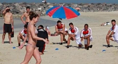 فتيات في البكيني يشتتن انتباه لاعبي