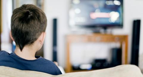 في هذه الحالات فقط اسمحي لأطفالكِ بتناول الفطور أمام شاشة التلفزيون!