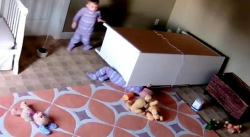 بالفيديو: طفل ينقذ شقيقه التوأم من موت وشيك