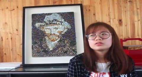 طالبة تستخدم أجنحة الفراشات لعمل لوحات فنية