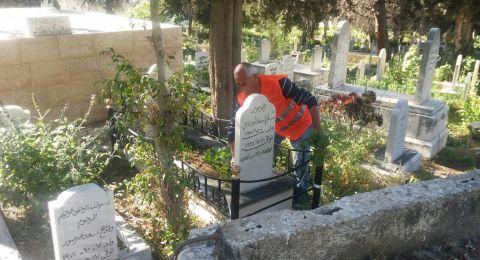 بلدية الناصرة تقوم بتنظيف المقابر