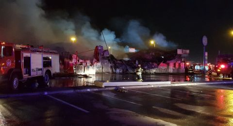 حريق في مركز تجاري بالطيرة يتسبب بأضرار جسيمة
