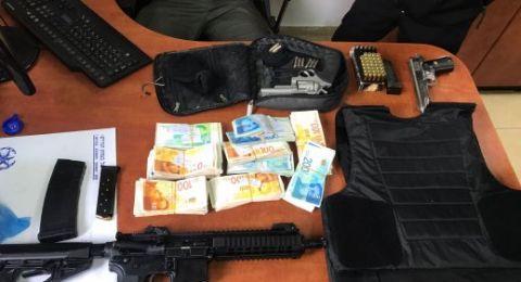 قلنسوة: ضبط اسلحة ونقود ورأس غزال داخل منزل