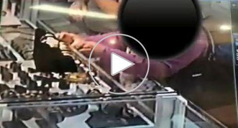 بالفيديو: سيدة تسرق من محل مجوهرات بمنطقة الناصرة
