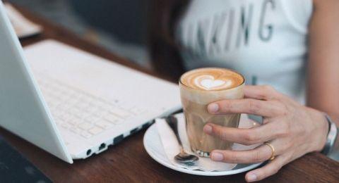 ما سرّ إدمان معظم الموظفين على شرب المنبّهات صباحًا؟