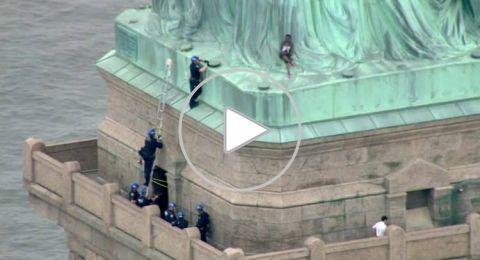 إمرأة تتسلق تمثال الحرية بنيويورك والشرطة تحاول إنقاذها