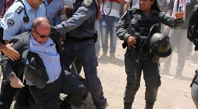 قوات الاحتلال تعتدي على الوزير عدنان الحسيني