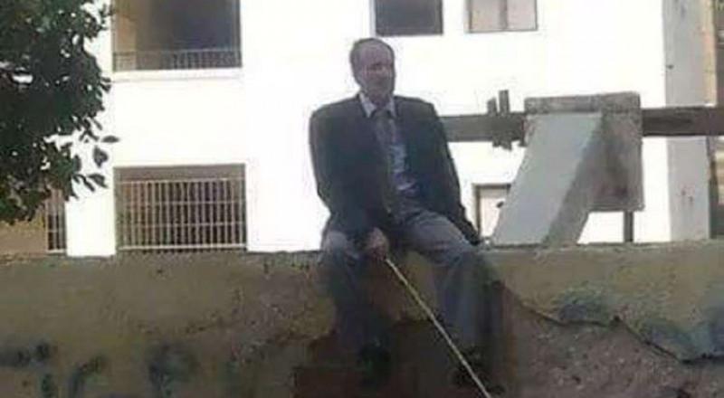 مدير مدرسة يجلس على سورها: العصا لمن عصى