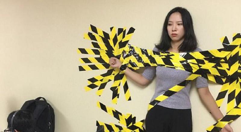 في الصين.. خالفت قواعد العمل ولم ترتد حزام الأمان.. فألصقوها بالحائط!