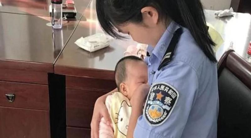 شرطية صينية ترضع ابنة متهمة خارج قاعة المحكمة