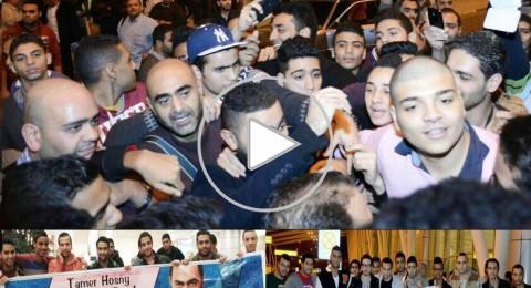 استقبال حافل لتامر حسني في مطار القاهرة