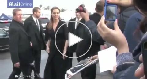 انجلينا جولى تضع يدها على مؤخرة