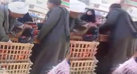 مصر:بائع خضار يخدع زبائنه بطريقة غريبة