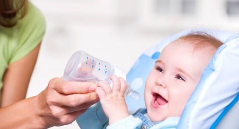 متى يبدأ المولود بشرب الماء؟