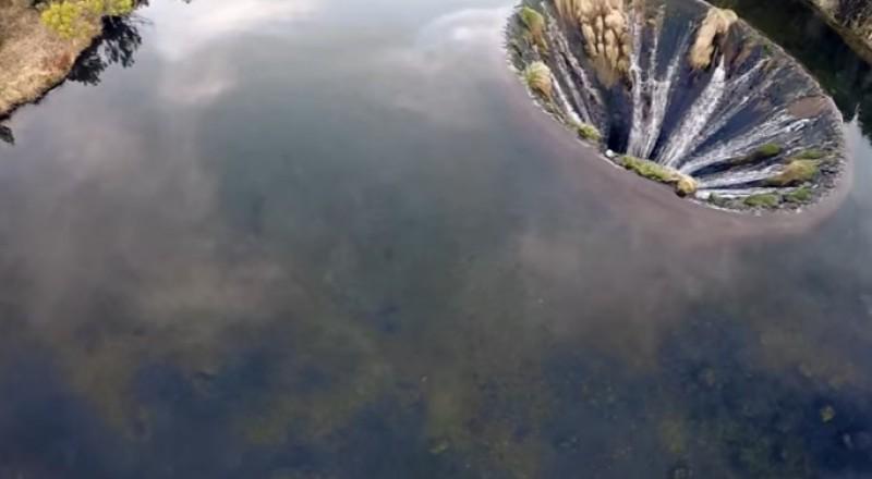 حفرة على شكل بوابة في البرتغال تنقل المياه إلى العالم السحري