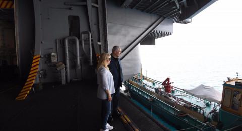 نتنياهو يزور حاملة الطائرات الأمريكية بميناء حيفا