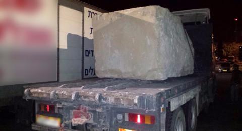 الخليل: سائق شاحنة محملة في صخرة بوزن 10 طن دون حيازته رخصة قيادة