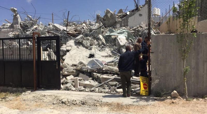 تسليم مواطن من القدس اخطاراً بهدم منزله