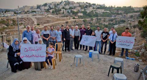 القدس : اعتصام أهالي حي واد الربابة احتجاجا على استهداف أراضيهم